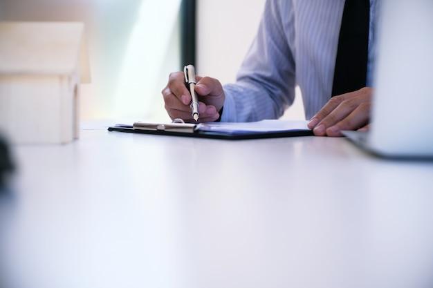 Gerente de vendas que dá um documento de formulário de solicitação de consultoria