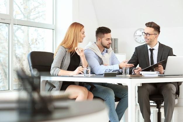 Gerente do banco trabalhando com clientes no escritório