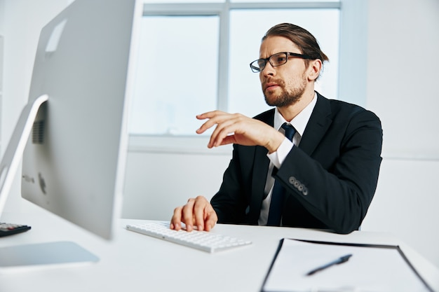 Gerente do sexo masculino, um oficial está trabalhando no chefe de informática