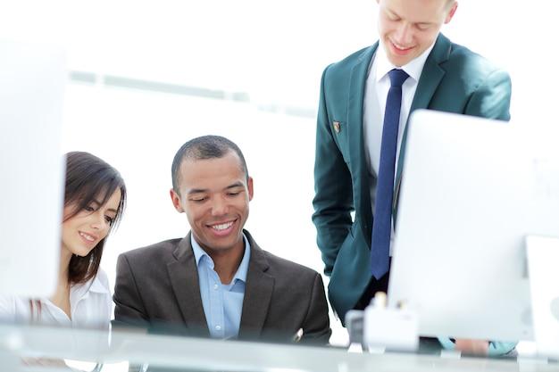 Gerente e equipe de negócios discutindo documentos de trabalho