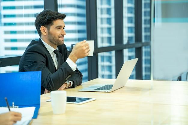 Gerente e secretária são trabalho de entrevista no escritório.