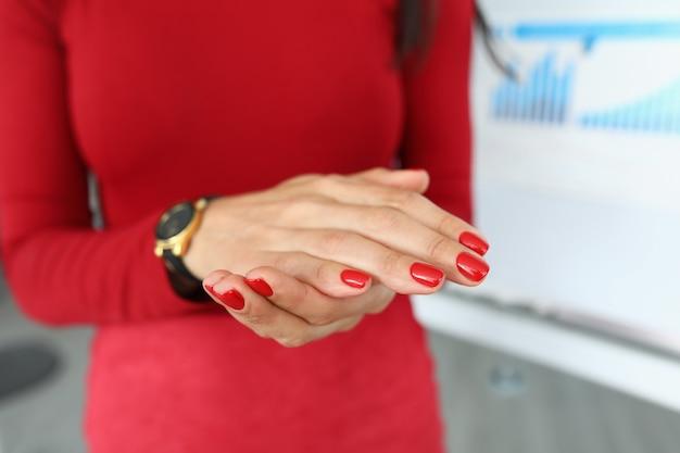 Gerente em roupas vermelhas apresenta um relatório de close-up