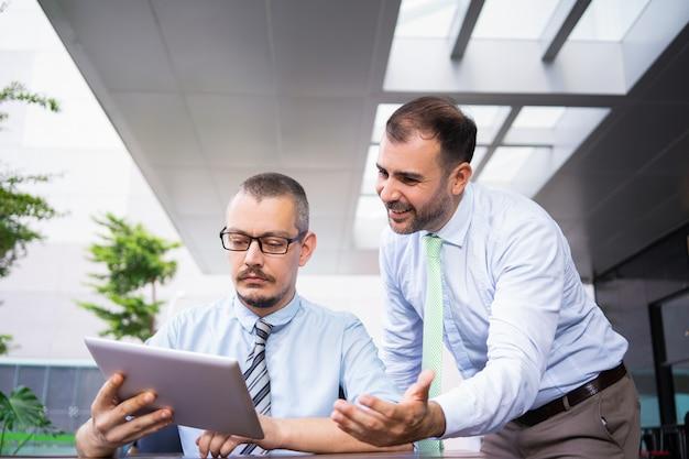 Gerente executivo concentrado verificando dados on-line