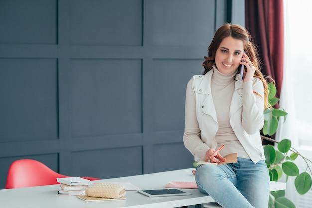 Gerente falando no smartphone. comunicação empresarial.