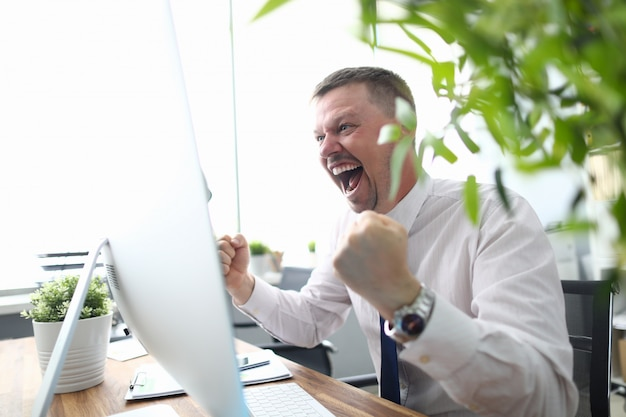 Gerente feliz no local de trabalho