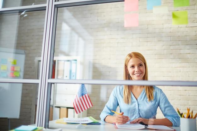 Gerente feliz trabalhando em seu escritório