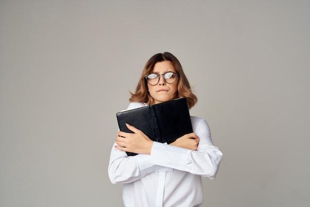Gerente feminina com pasta para papéis profissionais de fundo claro