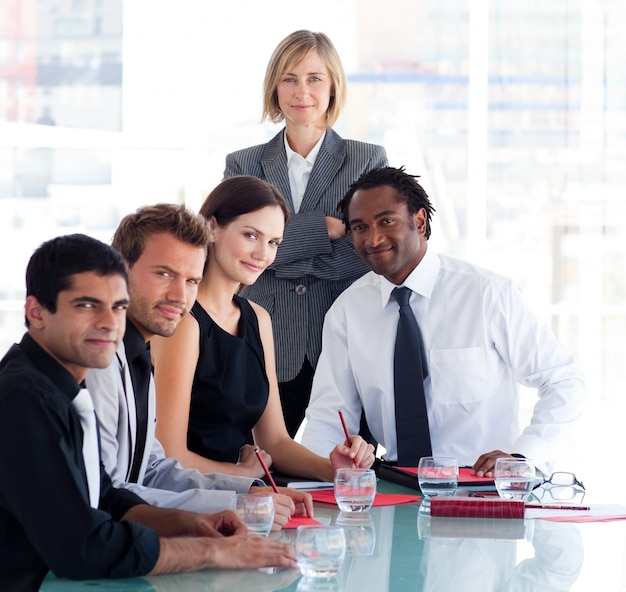 Gerente feminina com sua equipe olhando para a câmera
