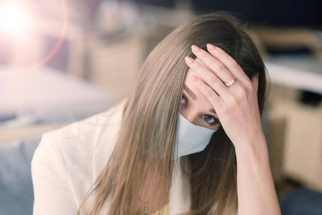 Gerente feminina de terno e máscara médica trabalha remotamente em um café de rua