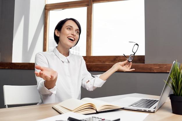 Gerente feminina no escritório documenta estilo de vida de estúdio de trabalho profissional