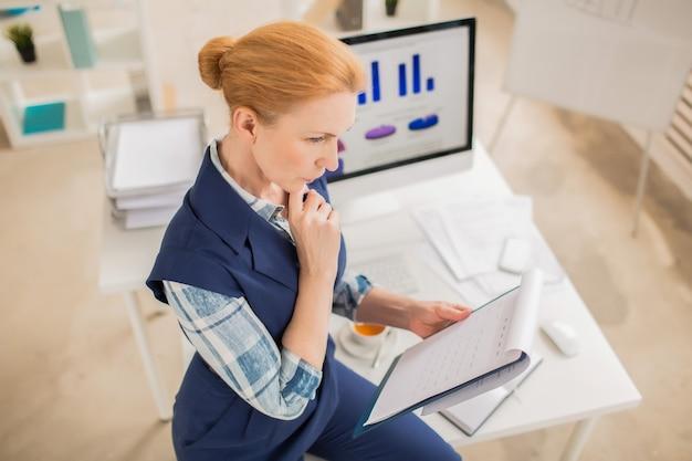 Gerente financeiro focado no trabalho
