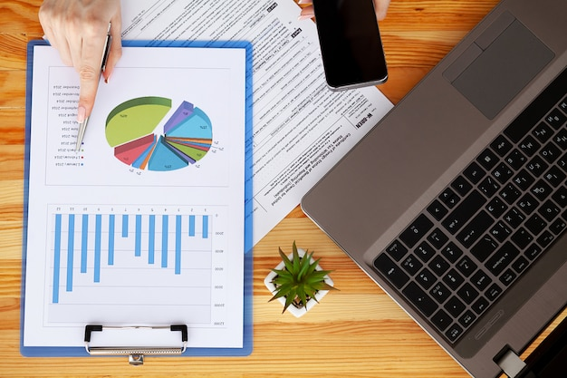 Gerente financeiro sentado na mesa e trabalhar com documentos financeiros