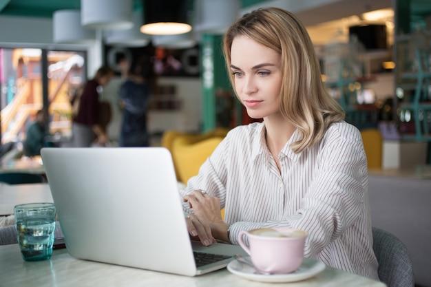 Gerente freelancer usando artigo do negócio