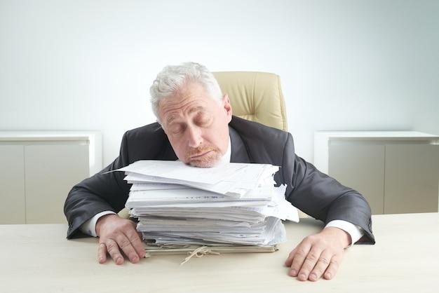 Gerente idoso oprimido pelo trabalho