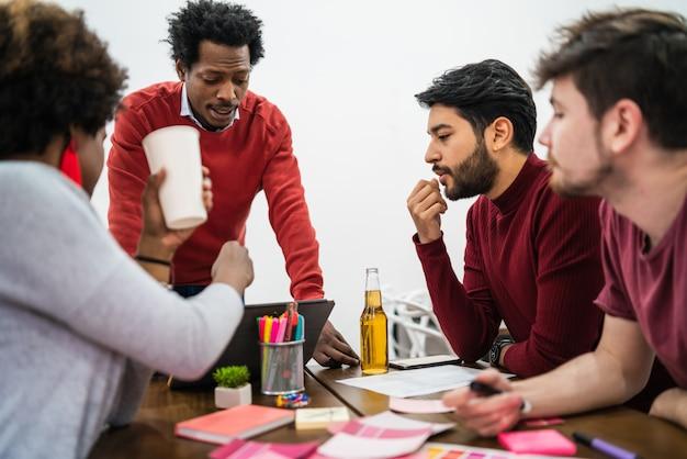 Gerente liderando uma reunião de brainstorming