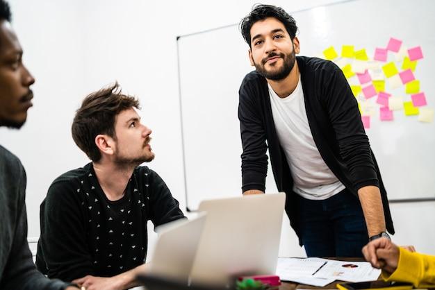Gerente liderando uma reunião de brainstorming.