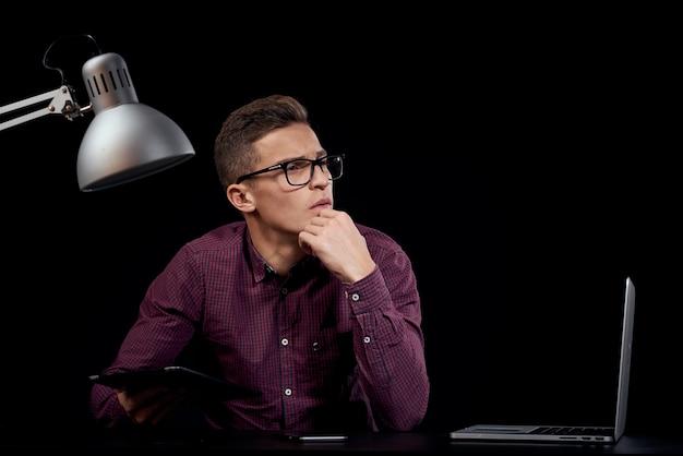 Gerente masculino dentro de casa fundo escuro comunicação camisa vermelha modelo óculos novas tecnologias de negócios