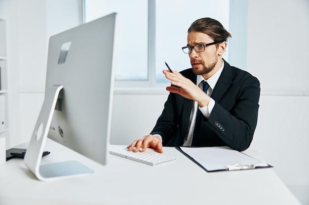 Gerente masculino perto do chefe de computador do escritório