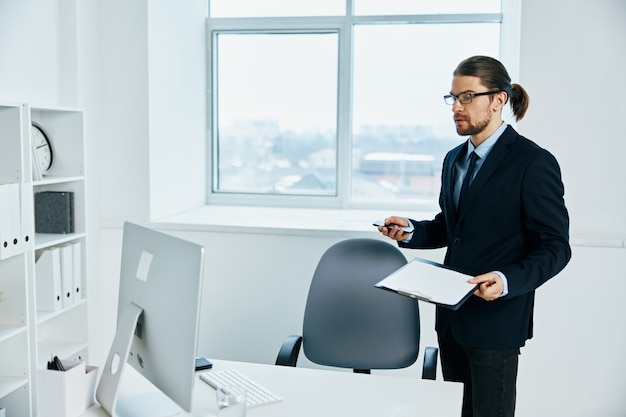 Gerente masculino perto do estilo de vida do processo de trabalho na área de trabalho