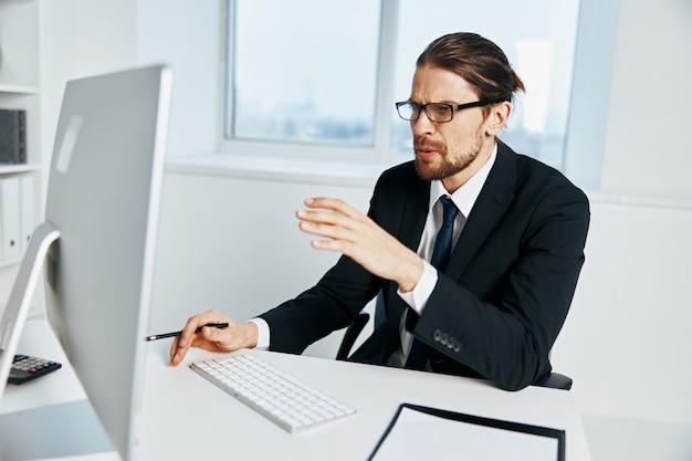Gerente masculino perto do executivo de computador desktop