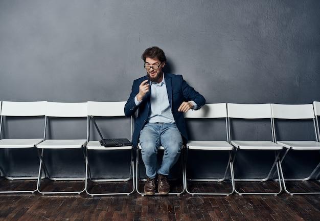 Gerente masculino sentado em uma cadeira retoma o espaço da cópia do trabalho
