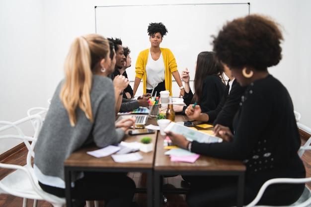 Gerente mulher liderando uma reunião de brainstorming.