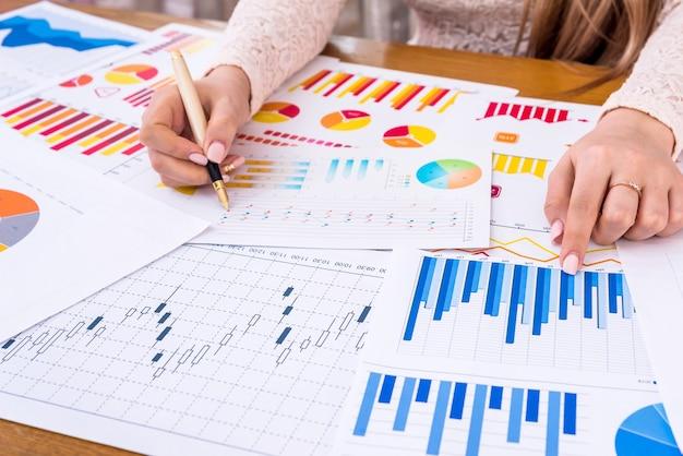 Gerente mulher trabalhando com gráficos e diagramas de negócios