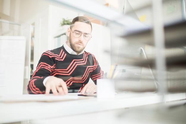Gerente ocupado analisando documentos
