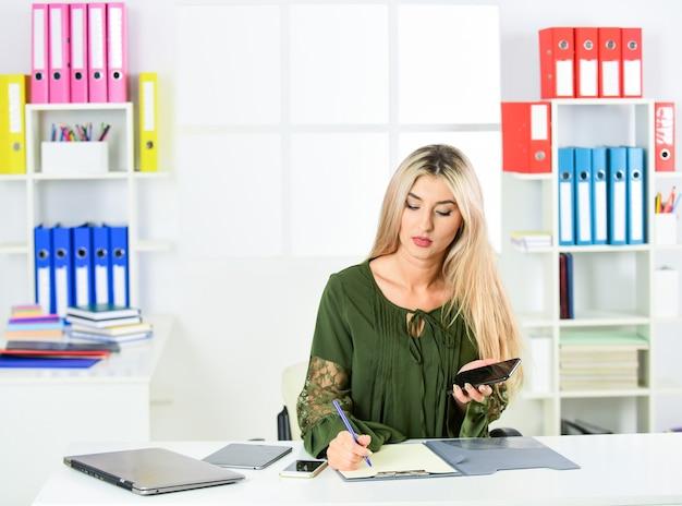 Gerente ou coordenador. mulher fazendo carreira. controle é minha paixão. recepcionista trabalha na recepção. liderança feminina. negócios femininos. mulher no escritório. mulher de negócios trabalhar no escritório com documentos.