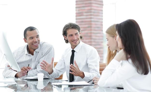 Gerente realiza uma reunião com a equipe de negócios
