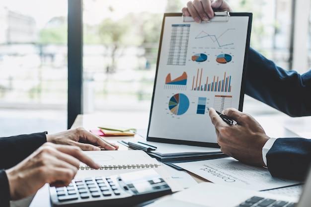 Gerente reunião discutindo empresa crescimento projeto sucesso financeiro estatísticas