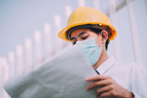 Gerente segurando a planta trabalhando no canteiro de obras