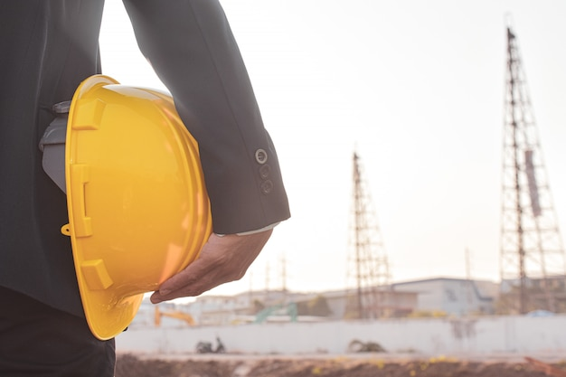 Gerente segurando a segurança do capacete no canteiro de obras