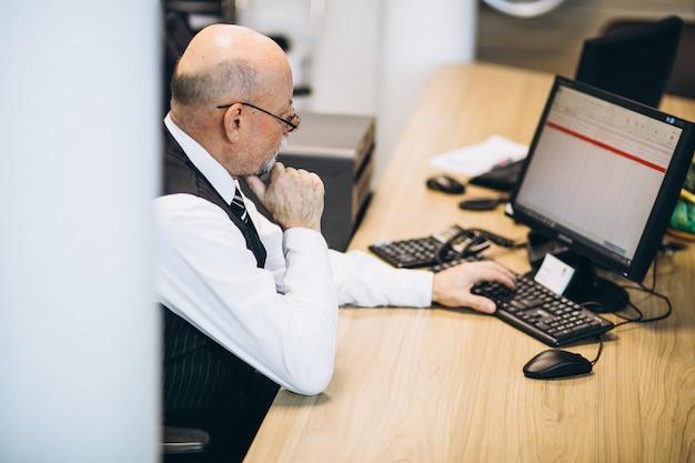 Gerente sênior no escritório trabalhando em um computador