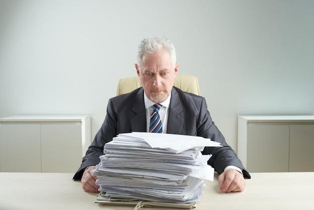 Gerente sênior oprimido pelo trabalho