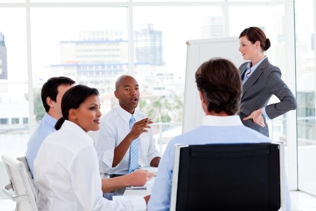 Gerente sério dando apresentação para sua equipe