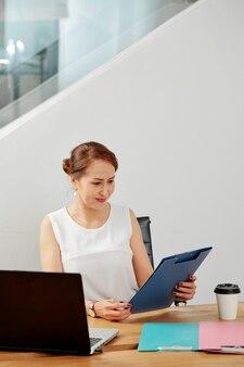Gerente trabalhando com documentos