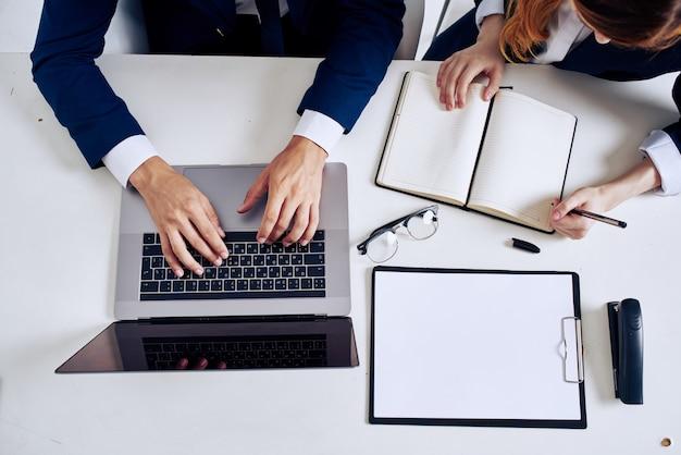 Gerentes de laptop e documentos na tecnologia de mesa