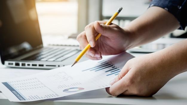 Gerentes de negócios que trabalham com nova inicialização em loft moderno. analizar relatórios, planos