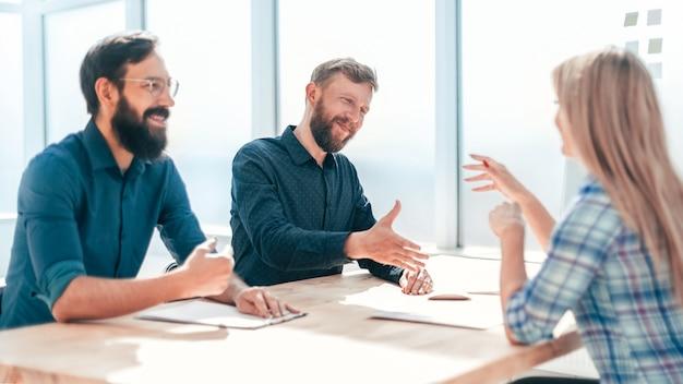 Gerentes de rh em entrevista com um novo funcionário