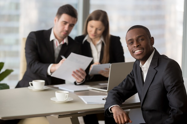 Gerentes de rh lendo currículo de candidato a emprego negro