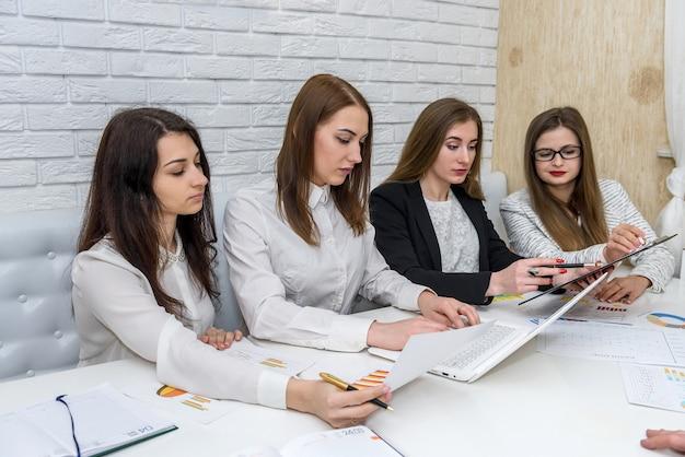 Gerentes financeiros reunidos e brainstorming no escritório
