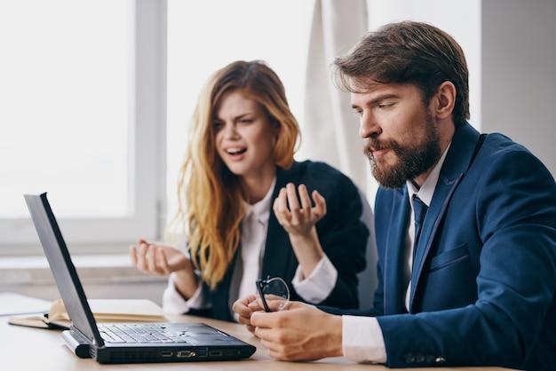 Gerentes no escritório na frente de funcionários de trabalho de carreira de laptop