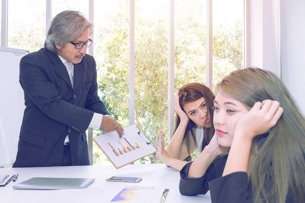 Gerentes superiores que pensam e que encontram-se com trabalhos de equipa do negócio no escritório.