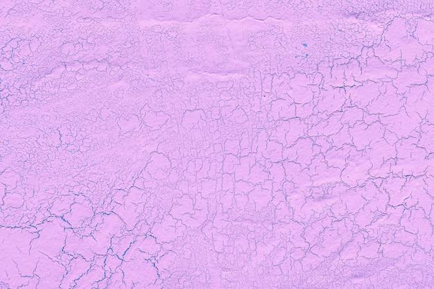 Gesso calcário rosa com fundo de rachaduras