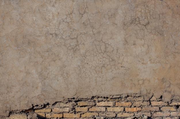 Gesso na parede com rachaduras