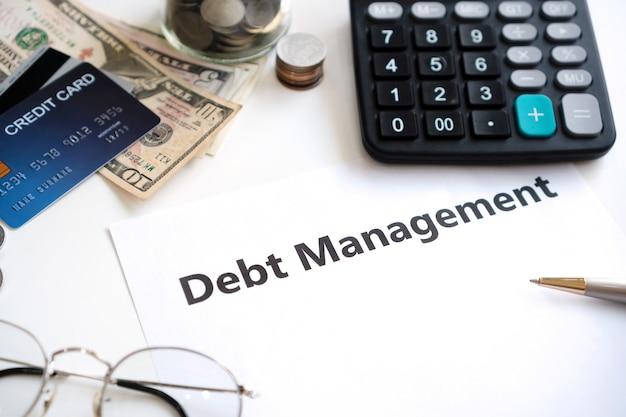 Gestão da dívida, escrita em um papel na mesa de escritório