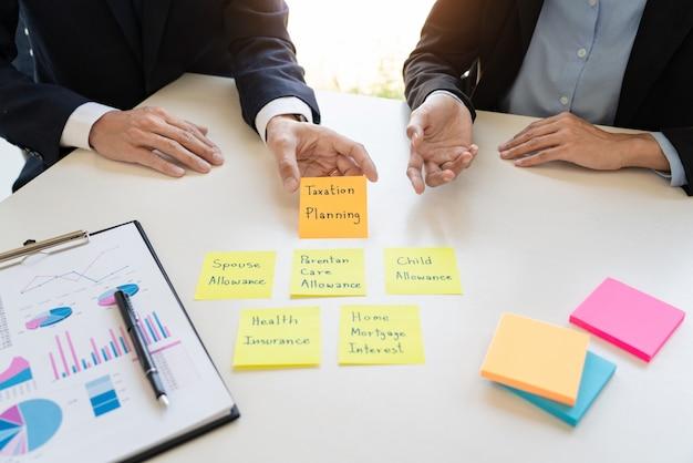 Gestão da riqueza, homem de negócio e equipe analisando o balanço financeiro para o caso financeiro de planeamento do cliente no escritório.