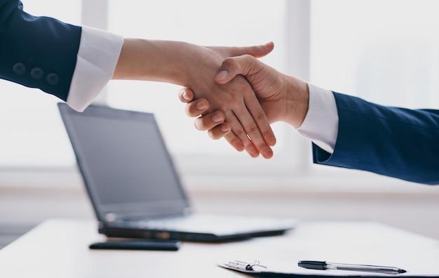 Gesticulando o modelo de finanças de negócios de saudação de aperto de mão de mão. foto de alta qualidade