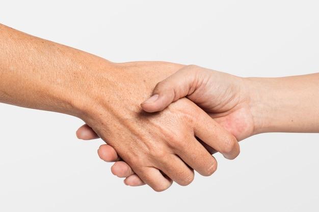 Gesto de aperto de mão para acordo comercial